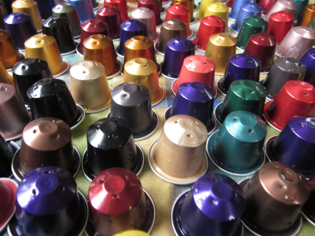 De verzameling gekleurde Nespresso Cups van kunstenaar Floor Max